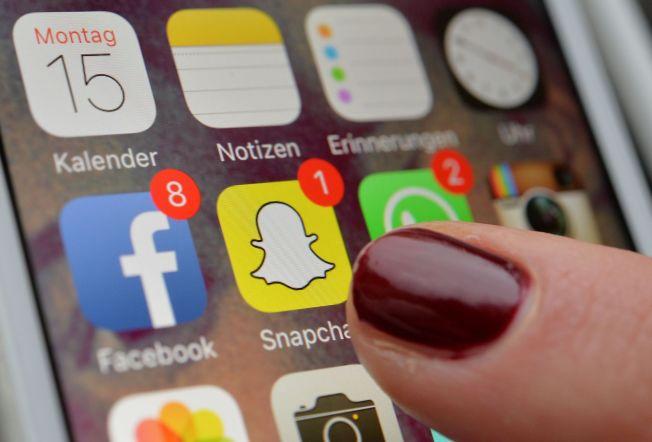 APPER: Facebook, Snapchat and Whats App er eksempler på apper der man kan kommunisere med andre og dele bilder og videoer.