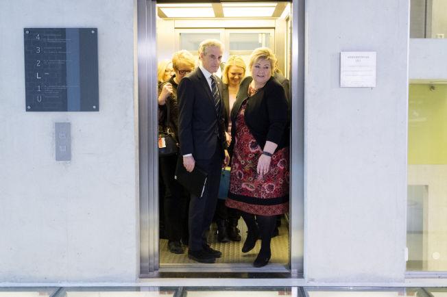 <p>OPP- OG NEDTURER: Arbeiderparti-leder Jonas Gahr Støre var blant de parlamentariske lederne som møtte på Statsministerens kontor (SMK) denne uken for å bli orientert om asylsituasjonen. Ut av heisen kom han sammen med statsminister Erna Solberg, innvandrings- og integreringsminister Sylvi Listhaug (Frp) og blant annet Marit Arnstad (Sp) og Venstre-leder Trine Skei Grande.</p>