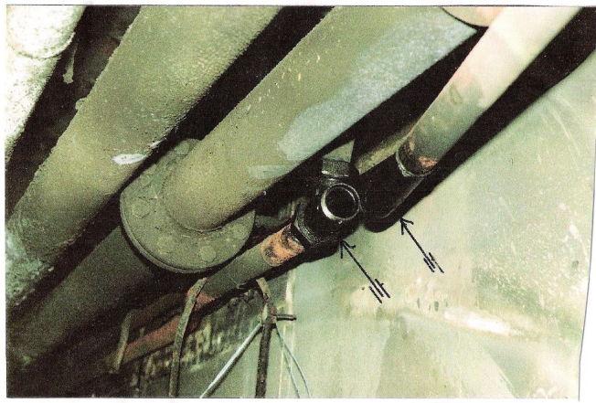 <p>BLANKT RØR: På denne avrevne rørenden sto det tidligere en mutter. Denne mutteren er trolig skrudd av etter at brannen raste i denne korridoren. Det er nemlig helt blankt der gjengene er. Rundt er det andre sotet ned. Foto: DANTEST</p>