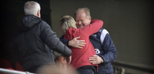 ANSATT: Gøril Kringen får her en klem av landslagssjef Per-Mathias Høgmo før damelandslagets kamp mot Island i fjor. Even Pellerud til v. Alle tre er ansatt i NFF siden 2013.