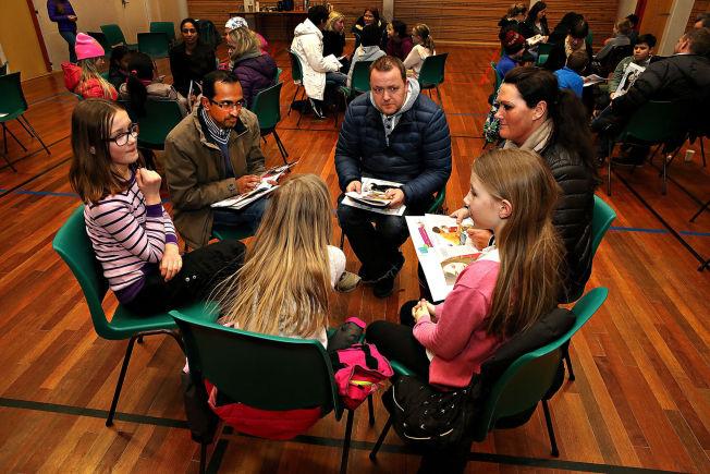 <p>GRUPPEARBEID: Renate I. Knudsen har to barn ved Seljedalen skole. Her i diskusjon med (f.v.) Ove Nilsen, Suganthan Sivanesan, Ida Elisabeth Ekerhovd (10), Helene Margrethe Alver Vatnelid (10) og Julie Løvaas Omdal (10).</p>