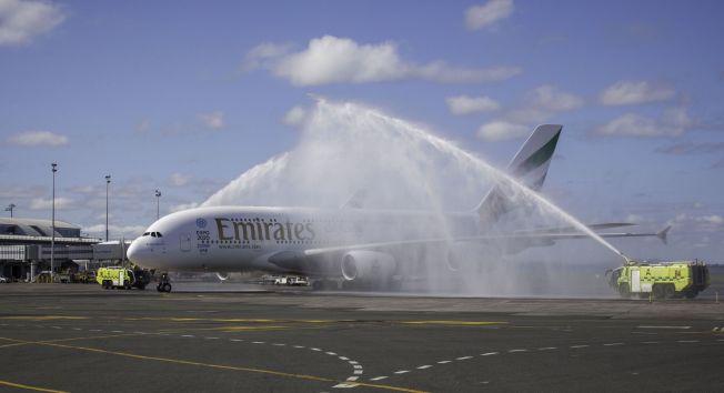 TRADISJON: Som alltid når et selskap åpner en ny rute blir de tatt imot med bravur på flyplassen ved første ankomst.