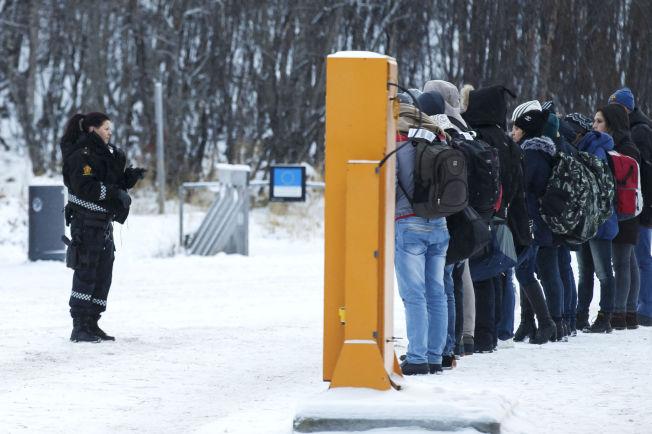 <p>HIT, MEN IKKE LENGER: Bare 27 prosent av dem som har fått behandlet sine asylsøknader i år har fått opphold. Samtidig kommer det færre asylsøkere enn på over 20 år til Norge. Bildet er tatt på Storskog i fjor høst.</p>