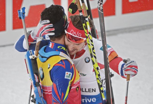 <p>VENNER - TROSS ALT: Martin Fourcade ga Emil Hegle Svendsen en god klem etter målgang på jaktstarten i Holmenkollen.</p>