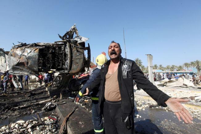<p>SJOKK: En mann skriker i forferdelse på stedet der en bilbombe gikk av i nærheten av Bagdad, Irak søndag.</p>