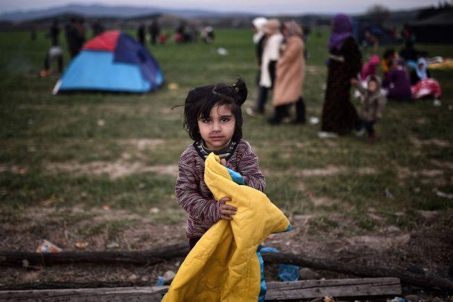 <p>GAVE: Denne jenta fikk et teppe i gave fra en frivillig på grensen til Makedonia.<br/></p>