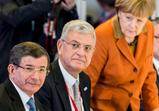 <p>KAN BESTEMME EUROPAS FREMTID: Tyrkias statminister Ahmet Davutoglu sammen med EU-minister Volkan Bozkir and Tysklands forbundskansler Angela Merkel til lunsj i Brussel. Første runde av harde forhandlinger er over, men flere gjenstår.</p>