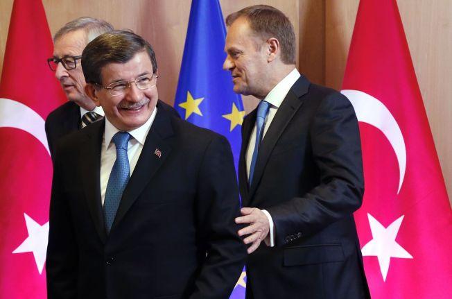 <p>FØR DE HARDE FORHANDLINGENE: Europakomminsjonens president Jean-Claude Juncker ( t.v) og Tyrkias statsminister Ahmet Davutoglu stilte smilende opp til fotografering sammen med EU-president Donald Tusk i formiddag. I timene etter har de sittet i krevende samtaler, hvor partene både«har tilbudt mer og krevd mer», sier Tusks pressetalsmann.<br/></p>