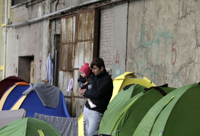 <p>VIL STOPPE VEIEN GJENNOM BALKAN: Utenfor Athen venter over 2000 flyktninger i telt i dag. Nå skal de ikke lengre kunne velge den såkalte «Balkanruta» videre inn i Europa.</p>