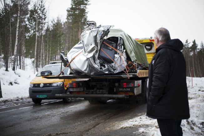 VRAKRESTER: Vrakdeler etter ulykken kjøres bort.