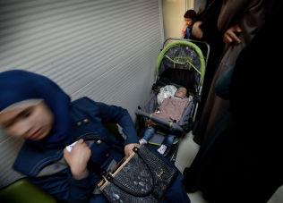 <p>HELSEKØ: Mødre og barn venter på å bli sjekket opp i leirens poliklinikk.</p>
