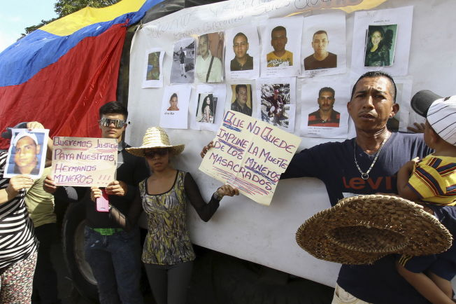 <p>LETER ETTER SINE KJÆRE: Plakater og bilder av de savnede gruvearbeiderne vises frem i en demonstrasjon i Tumeremo i delstaten Bólivar i går. På plakatene står det skrevet «Vi vil ha rettferdgihet for våre brødre, gruvearbeiderne» (venstre) og «Ikke la døden til massakrerte gruvearbeidere gå ustraffet».</p>