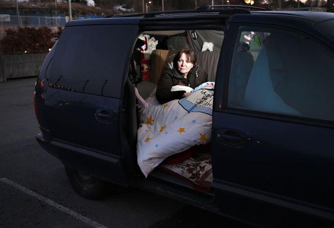 <p>BOR I BILEN: I denne gamle Chrysleren bor May-Britt Fjeld (55) for å kunne beholde jobben sin i Telenor. Snart runder hun hundre netter på parkeringsplassen i Bergen.</p>