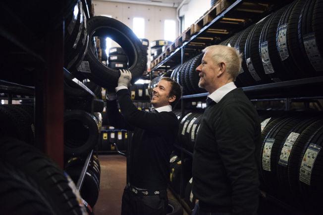 <p>TILBAKE I ARBEID: Thomas Bolme (til venstre) fra Stavanger gikk arbeidsledig i to år og har skrevet over 1000 jobbsøknader. Nå har han fått fast jobb hos Dekk1, i Sandnes. Her med sin nye sjef, Karl-Helge Surdal.</p>