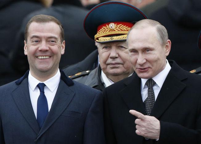 FÅR MUR TIL NABO: Statsminister Dmitry Medvedev og president Vladimir Putin.