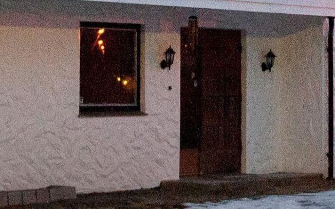 <p>UKJENT DØDSÅRSAK: To rettsmedisinere har tirsdag undersøkt moren (64) og sønnen (43) som ble funnet døde i dette huset ved Rådal i Bergen tirsdag. – Ut fra funn på stedet har det ikke vært mulig å anslå dødsårsak, opplyser politiet.</p>