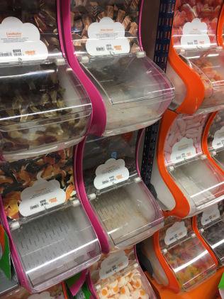 <p>TOMME HYLLER: Rekordlave smågodtpriser har ført til at hyllene tømmes raskere enn normalt. Foto: NINA ANDERSEN</p>