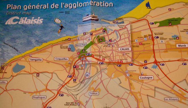<p>KART OVER FERIEBYEN: Slik presenteres Calais: Som et ypperlig sted å feriere og bedrive vannsport. Få har slike assosiasjoner til byen nå.</p>