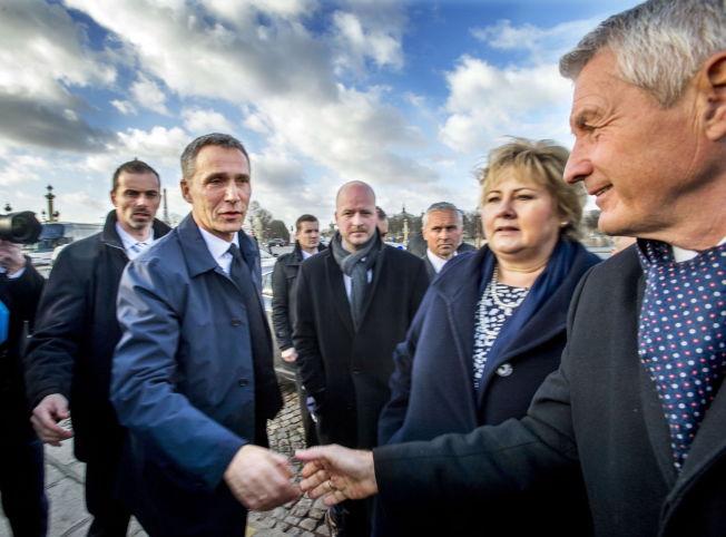BLANT KJENTE: Europarådets generalsekretær Thorbjørn Jagland (til høyre) møtte NATOs generalsekretær Jens Stoltenberg og statsminister Erna Solberg under minnemarkeringen etter Charlie Hebdo-terroren i Paris i januar 2015.