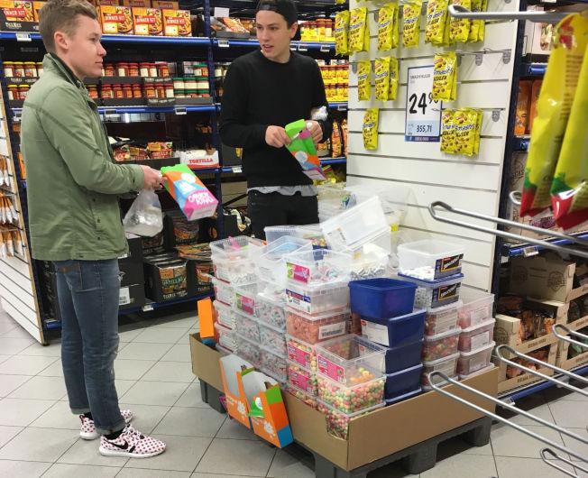 <p>FYLLER OPP MED SMÅGODT: Jusstudentene Lars Martin Sandanger (19) og Torstein Ødegård (20) lot ikke sjansen gå fra seg til å kjøpe smågodt til 2,90 for hektoen.</p>