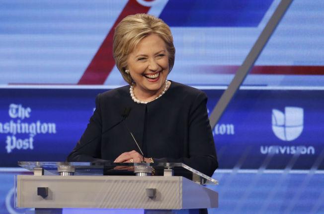 <p>GIKK PÅ SMELL: Dagen etter valgnederlaget i Michigan møtte Hillary Clinton rivalen Bernie Sanders til debatt i Miami.</p>