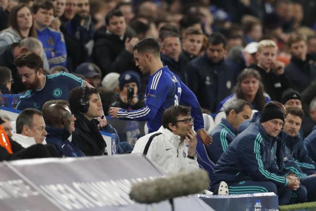 I HARDT VÆR: Chelsea's Eden Hazard etter å ha blitt byttet ut mot Paris St. Germain i går kveld.