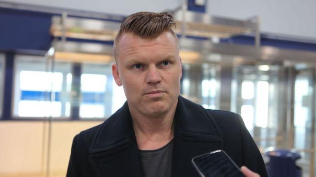OPTIMIST: John Arne Riise sier han har tatt turen til Ålesund fordi han tror på en snarlig løsning slik at han kan signere for AaFK: Her blir han intervjuet på Vigra Flyplass.