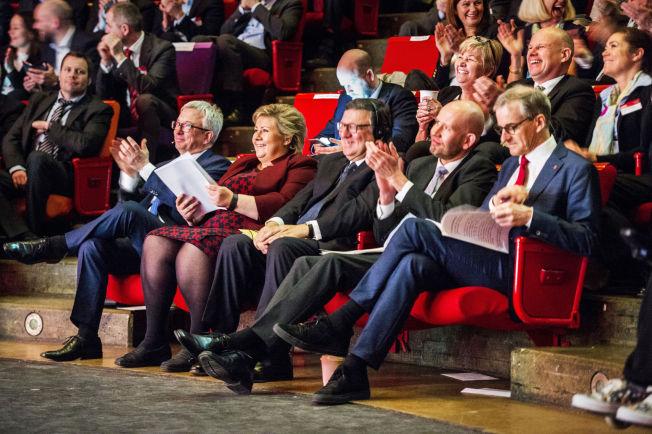 <p/> <p>TOPPER PÅ PLASS:: Første rad fra venstre: Adm. dir i Norsk Olje og Gass Karl Eirik Schjøtt-Pedersen, statsminister Erna Solberg (H), tidligere president i Europakommisjonen Jose Manuel Barroso, olje og energi-minister Tord Lien og AP-leder Jonas Gahr Støre. LO-leder Gerd Kristiansen og NHO-direktør Kristin Skogen Lund på raden bak.</p>