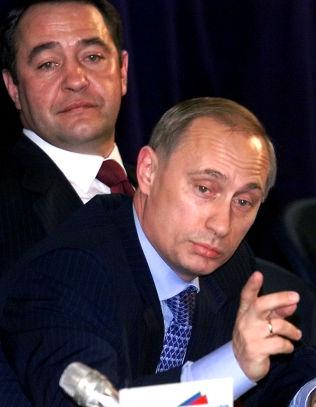 <p>NÆRE: Her er Mikhail Lesin (t.v.) og Vladimir Putin høsten 1999, da Putin fortsatt var statsminister.</p>