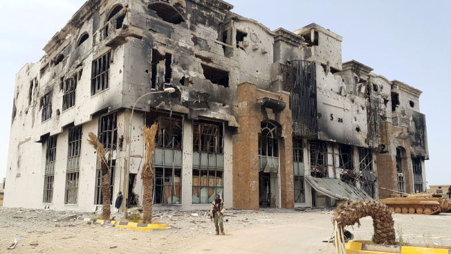 <p>PÅ POST: En libysk soldat står foran ruinene av at kjøpesenter i Benghazi.</p>