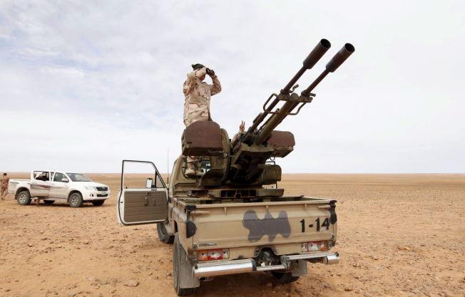 <p>En libysk soldat utstasjonert i Wadi Bey, vest for den IS-kontrollerte byen Sirte.</p>