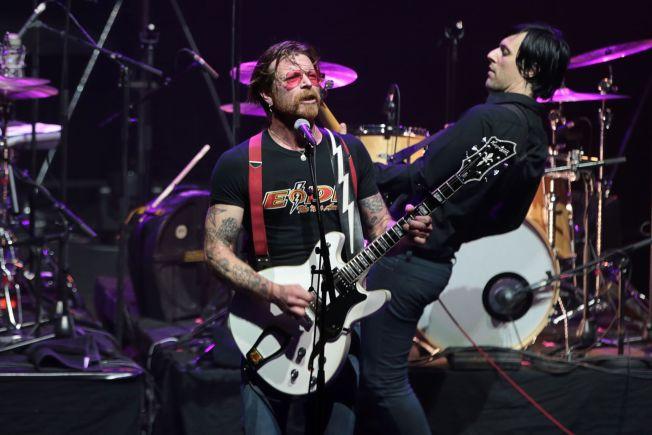 <p>TILBAKE: I februar i år var vokalist Jesse Hughes og Eagles of Death Metal tilbake på scenen i Paris.</p>
