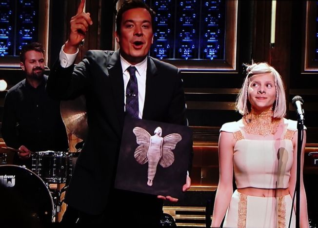 <p>SCORER PROMOPOENG: Jimmy Fallon passer på at «Tonight Show»-seerne får med seg at Aurora Aksnes har en plate ute. Foto: PETROLEUM</p>