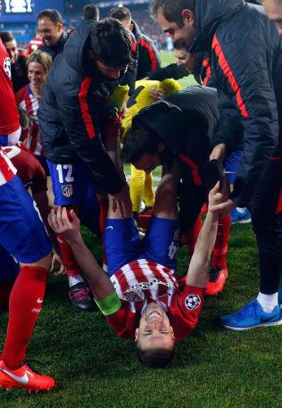 <p>GLAD GABI: Atletico Madrid-gjengen overfaller Gabi etter seieren.<br/></p>