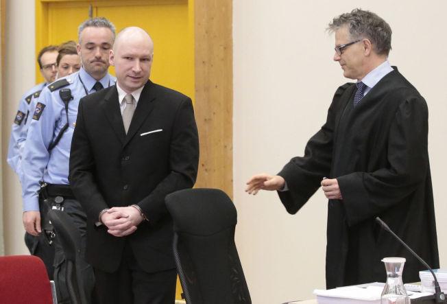 <p>I RETTEN: Anders Behring Breivik ankommer her rettsakens andre dag i Skien fengsel. Eksperter VG har snakket med mener det ikke er noe som tyder på at Breivik har fått alvorlige skader under soningen.</p>