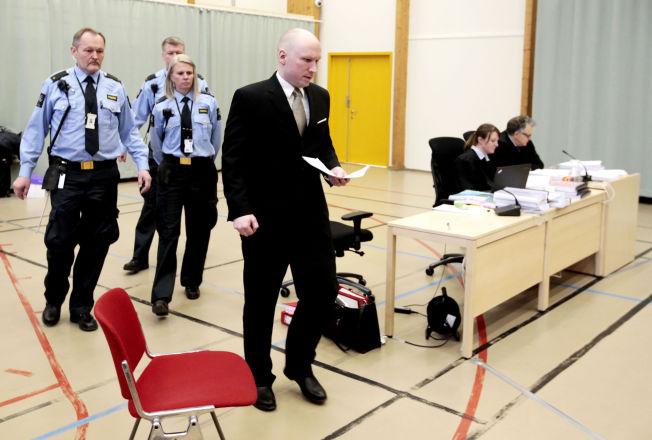<p>LANG FORKLARING: «Eksempler på den typen humor som sikkert slo godt an i hans gamle vennekrets hvor han en gang var kjent som en morsom og omgjengelig, om enn ganske sær fyr», skriver Anders Giæver i forbindelse med Breiviks forklaring i Skien fengsel onsdag.</p>