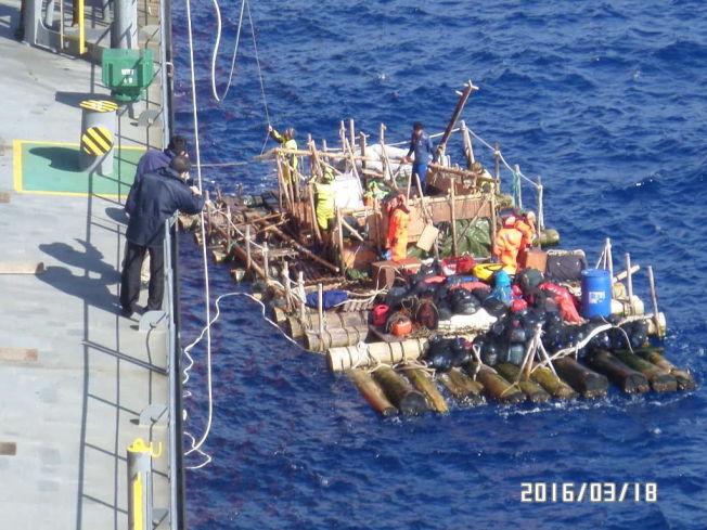 <p>REDDET: En av de to flåtene får hjelp fra mannskapet på et lasteskip.</p>