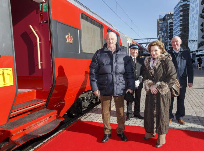 <p> I år som i fjor skal kongeparet på påskeferie til hytta i Sikkilsdalen. Kong Harald og dronning Sonja dro fredag med tog fra Oslo S.</p>