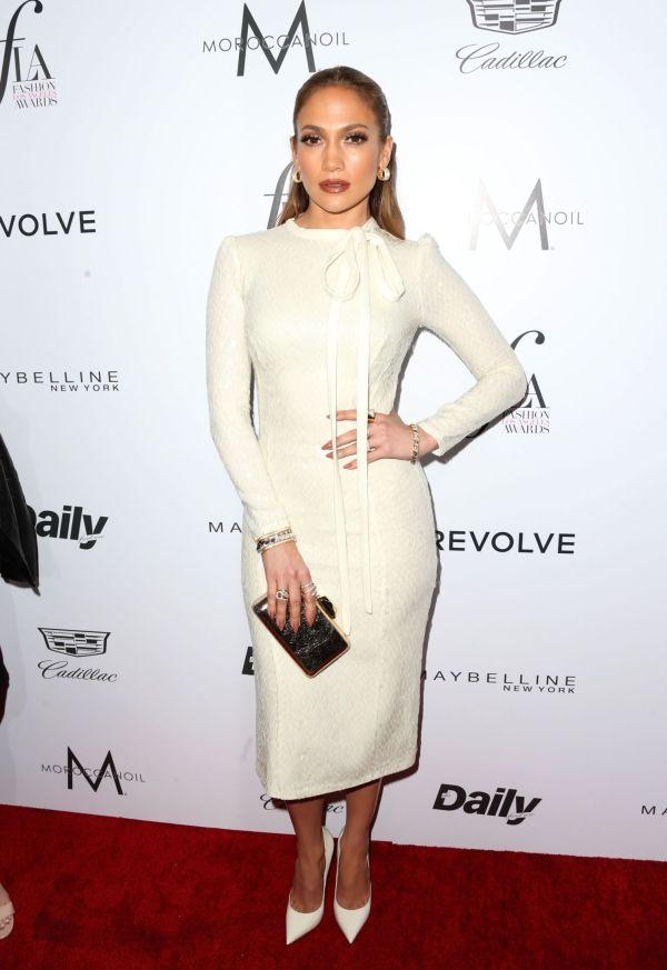42b06baa HELHVITT: Jennifer Lopez var iført en hvit kjole med lange ermer og sløyfe  ved halsen
