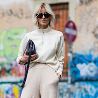 TRENDY: Sokker i høyhælte sko er anti fashion, og derfor