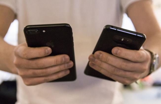 Apples iPhone 7 Plus, til venstre i bildet, er mye vanskeligere å holde enn G6, selv om den har mindre skjerm.