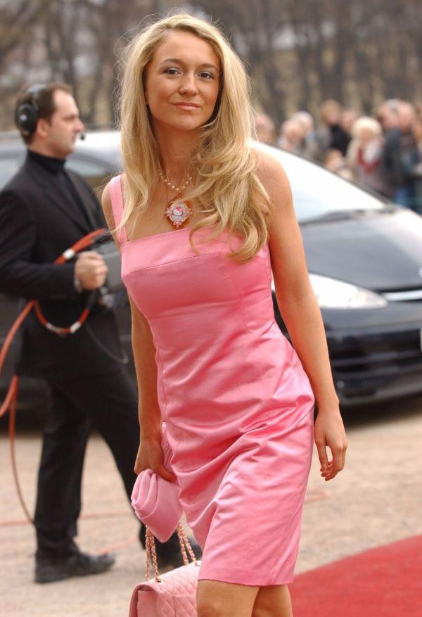 70fdab9a HELLO KITTY: Pia Haraldsen matchet den rosa kjolen med smykke med  tegneseriekatten Hello Kitty og