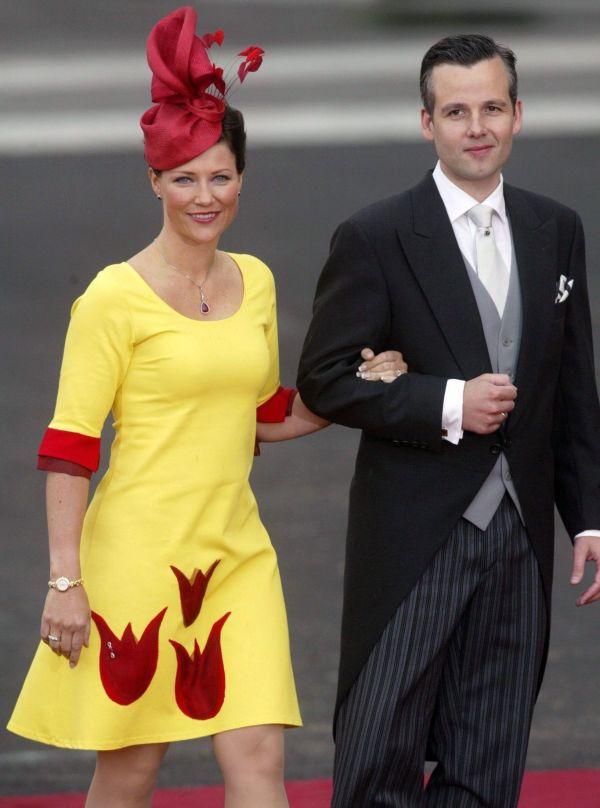 824991fa FARGERIK: Prinsesse Märtha Louise ble i alle fall sett i denne knallgule  kjolen. Her