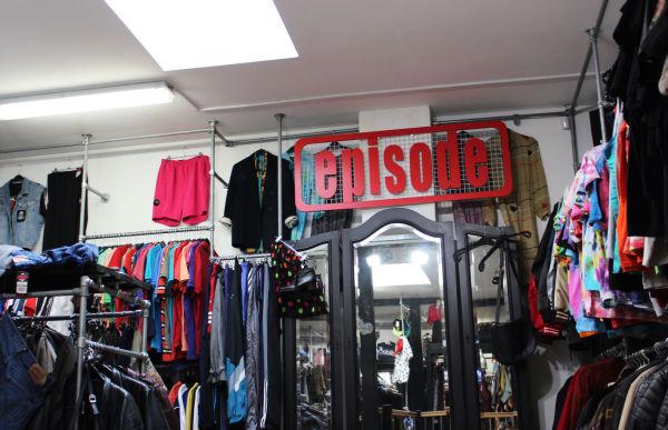 d8fb86c46fe3 BILLIG  Den store vintage-butikken har et enormt utvalg og rimelige priser.  Sett