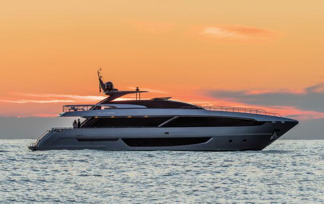 <p>RETT I KRYSSET: RIVA 100 Corsaro er Zlatans nye yacht, som koster godt over hundre millioner. Den eksakte prisen holdes imidlertid hemmelig.</p>