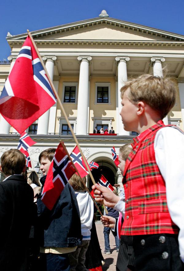 86e74ee6 POPULÆR: Rutavest fra Gudbrandsdalen er en populær bunad til gutter. Her  barnetoget i Oslo