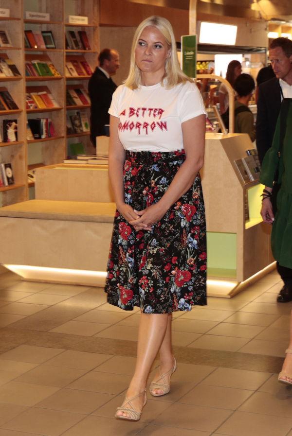 b341bccf BLOMSTRET: Kronprinsesse Mette-Marit kledd i statement T-skjorte i  Stavanger. Foto