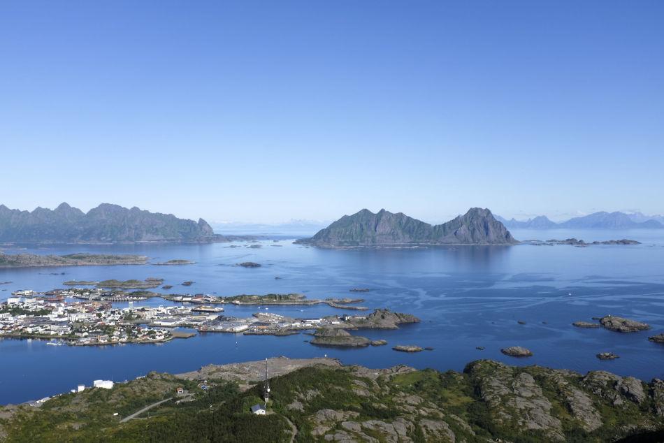 Utsikt over Svolvær i Lofoten fra Tjeldbergtinden.