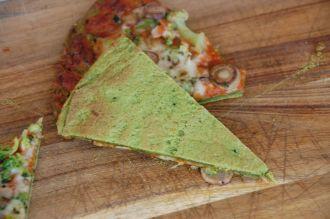 spinatpizza bilde av bunnen