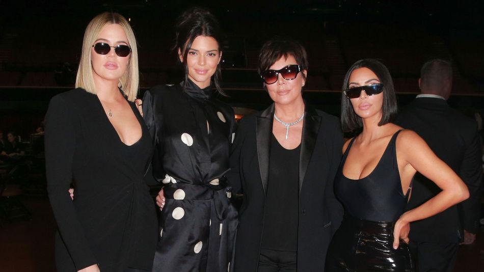 KARDASHIAN/JENNER-KLAN: Søstrene Khloe Kardashian, Kendall Jenner, mamma Kris Jenner og Kim Kardashian West deltok på den veldedighetsturnering i poker denne helgen. To av søstrene stilte med ny sveis. Foto: Getty Images.